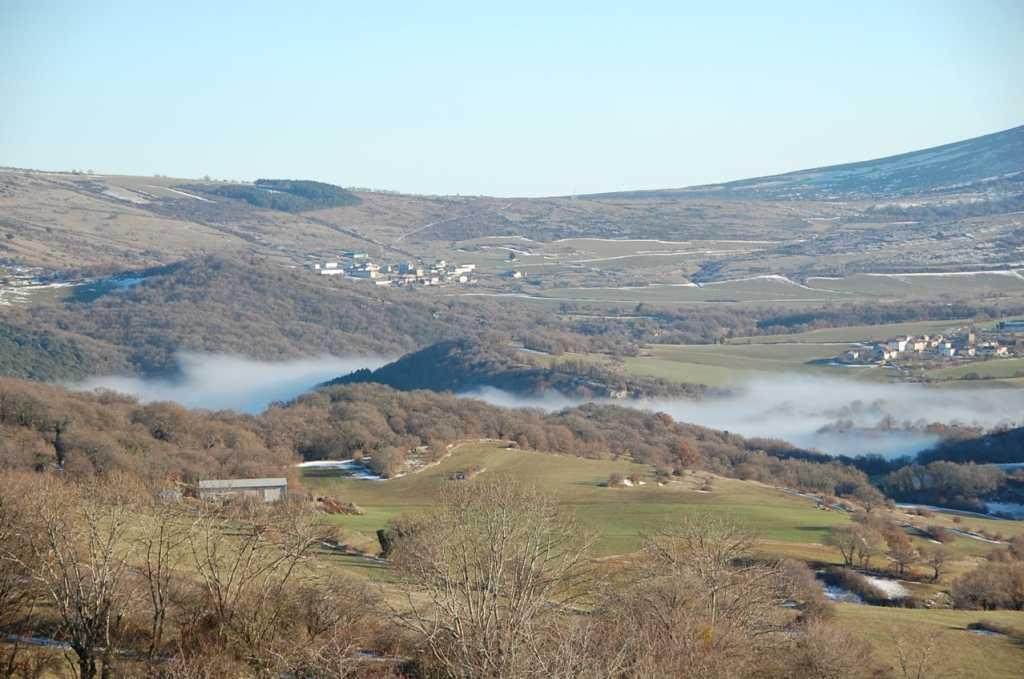 pueblo de ollo bajo la niebla
