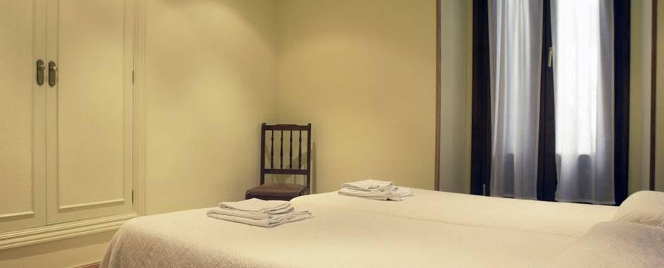 Habitación con cama de matrimonio baño compartido