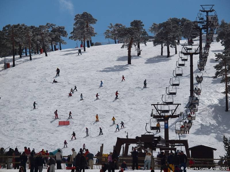 SKI RESORTS: PUERTO DE NAVACERRADA AND VALDESQUÍ